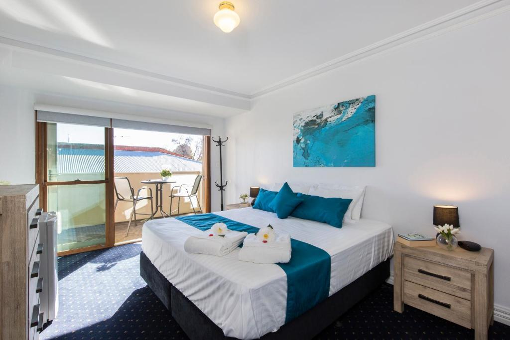 A bed or beds in a room at Carrington Charm - CBD - WiFi - Parking