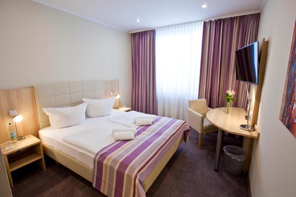 A bed or beds in a room at Hotel Siebenschläfer