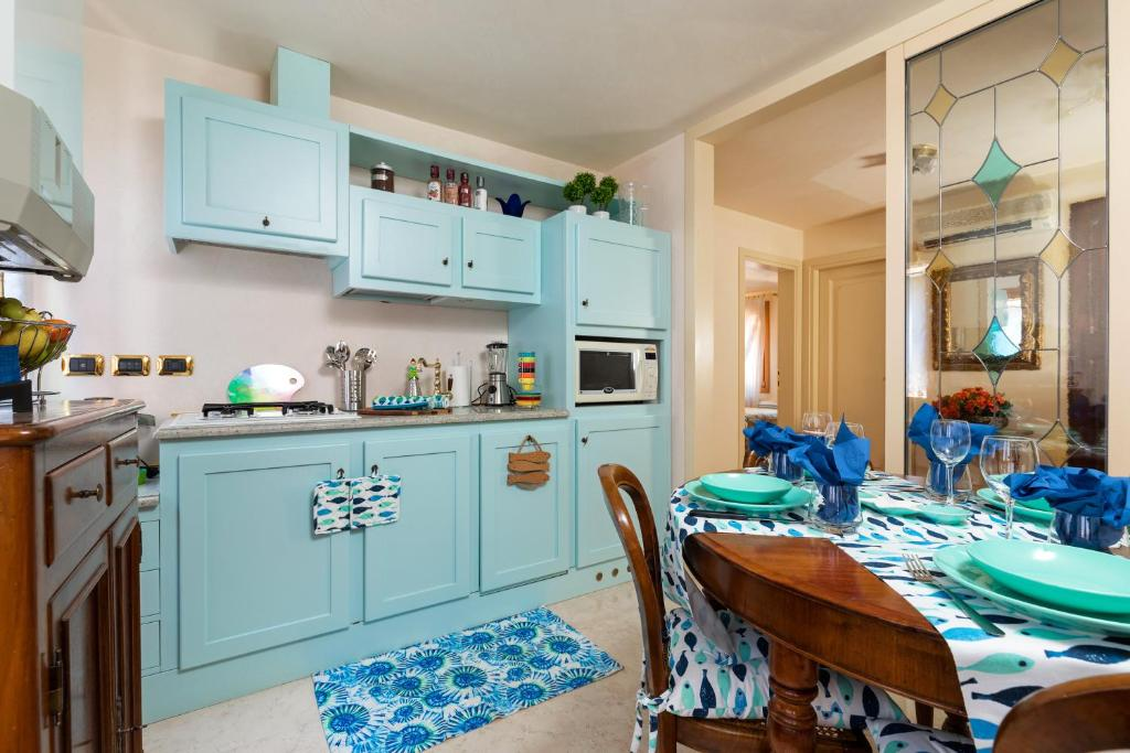 A kitchen or kitchenette at Venice Heaven Apartments San Marco square