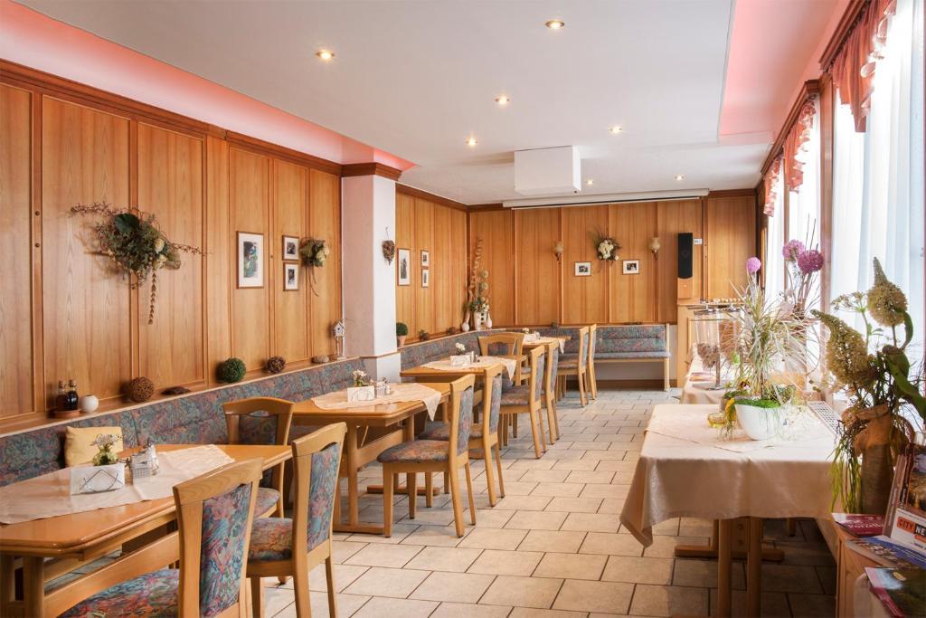 Ein Restaurant oder anderes Speiselokal in der Unterkunft Hotel Weltrich
