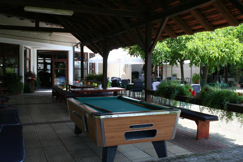 A pool table at Hotel Golf