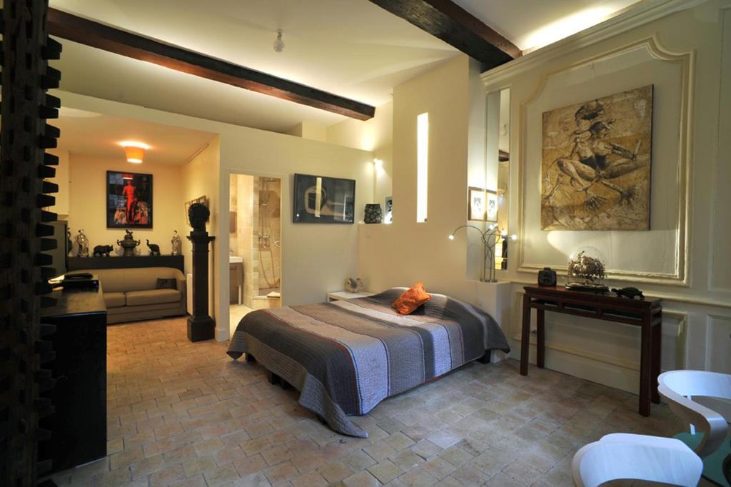 A bed or beds in a room at Chambres d'hôtes Artelit