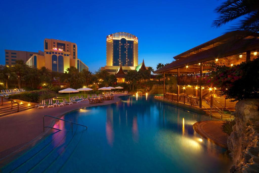 Der Swimmingpool an oder in der Nähe von Gulf Hotel Bahrain Convention & Spa
