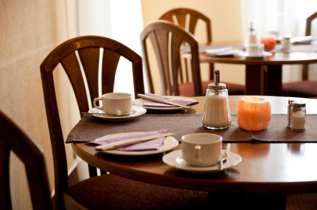 A restaurant or other place to eat at City Hotel garni