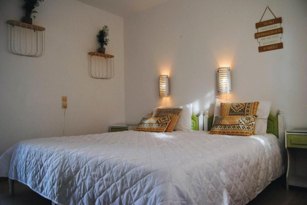 Ένα ή περισσότερα κρεβάτια σε δωμάτιο στο Fotinos House Skiathos