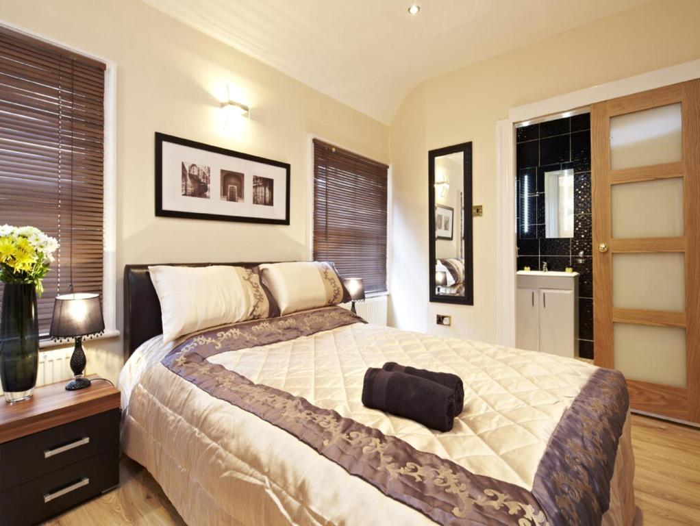 A bed or beds in a room at Hyde Park Rooms & Apartments