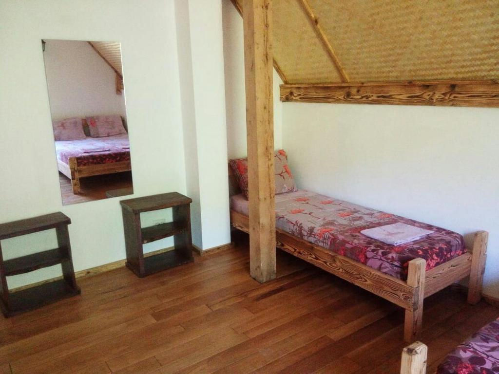 """Двухъярусная кровать или двухъярусные кровати в номере """"Счастливый"""""""