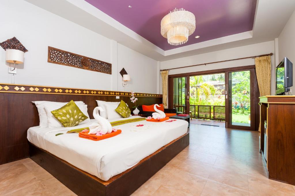 Een bed of bedden in een kamer bij Simple Life Resort Koh Tao
