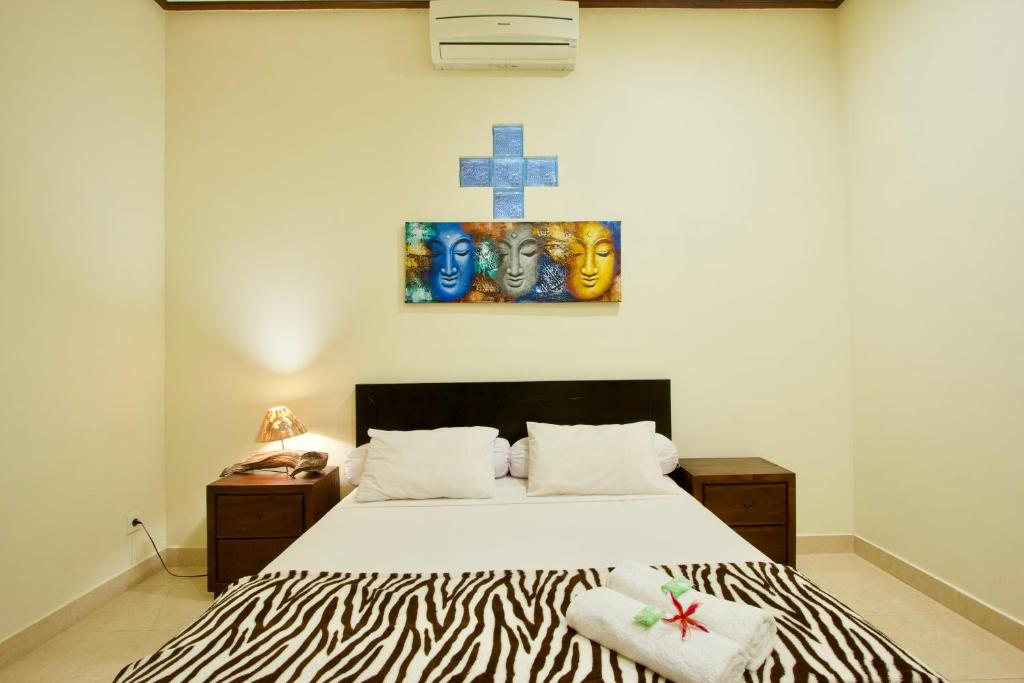 A bed or beds in a room at Jepun Bali Homestay Sanur