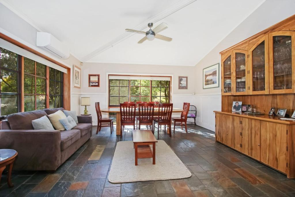 A seating area at Porepunkah Elms - Holiday House