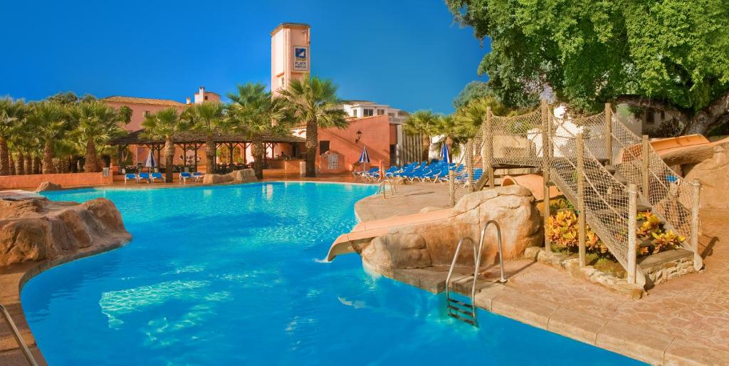 The swimming pool at or close to Diverhotel Dino Marbella