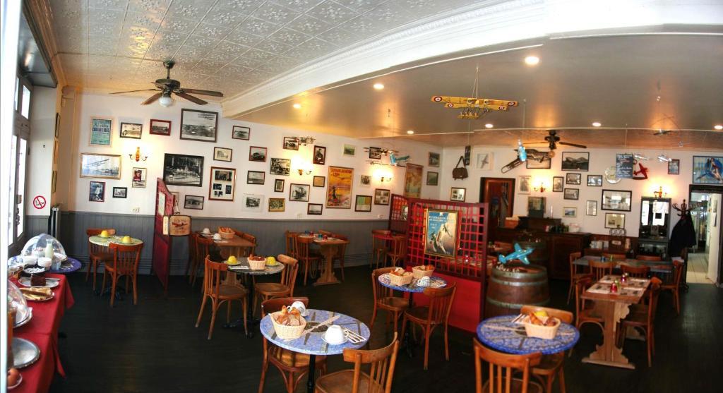 A restaurant or other place to eat at Hôtel Restaurant des Aviateurs