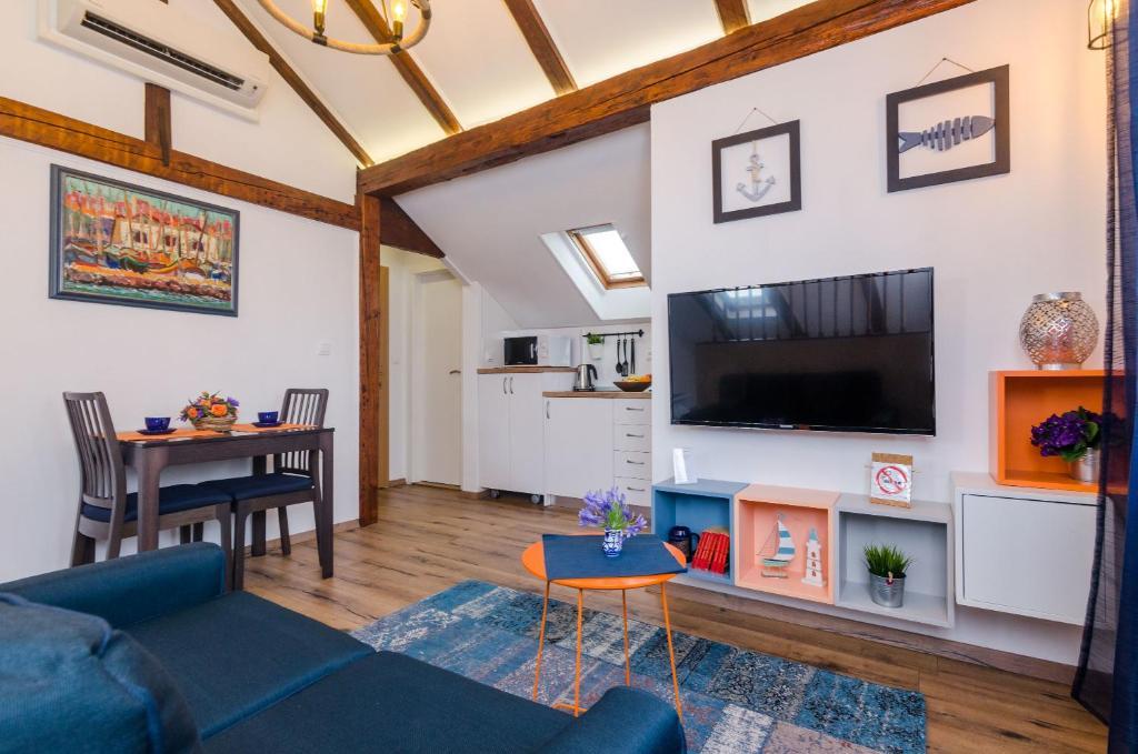 Una televisión o centro de entretenimiento en Apartments Racic