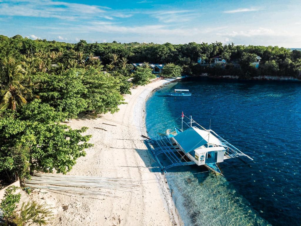 Ein Blick auf den Pool von der Unterkunft Thresher Cove Dive Resort oder aus der Nähe