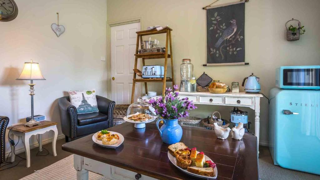 A kitchen or kitchenette at Vicarage View Cottage