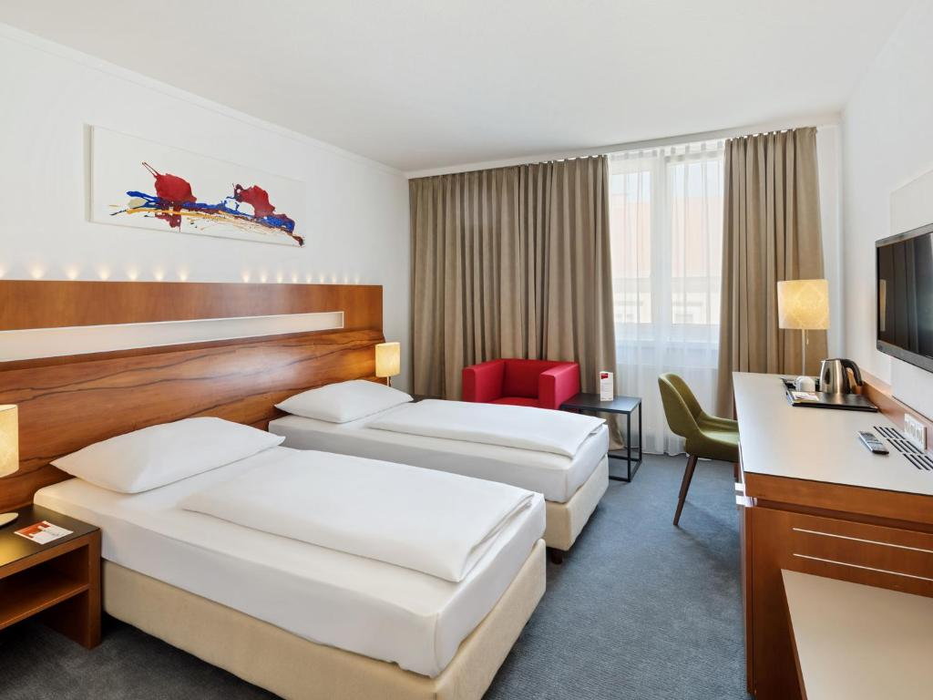 A bed or beds in a room at Austria Trend Hotel Europa Graz Hauptbahnhof