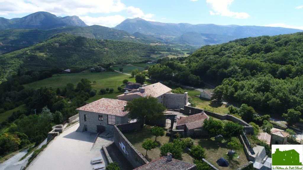 Vue panoramique sur l'établissement La SCIC du Château de Poët-célard