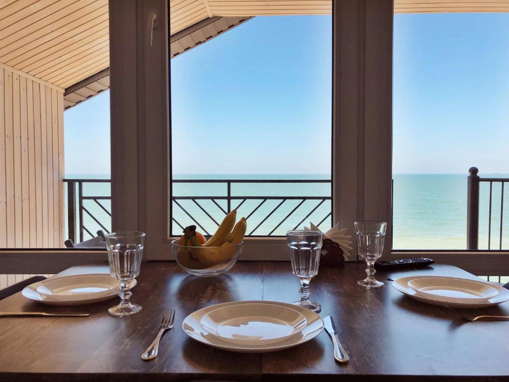 A restaurant or other place to eat at SeaZon Apartments