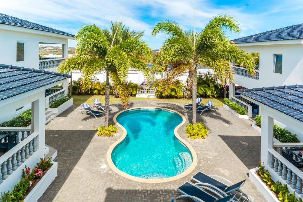Uma vista da piscina em Palm Crest ou nos arredores