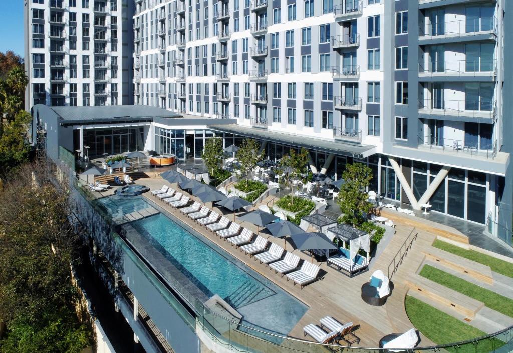 Vue sur la piscine de l'établissement The Capital on the Park ou sur une piscine à proximité