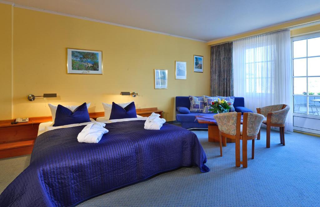 A bed or beds in a room at Rheinhotel Vier Jahreszeiten