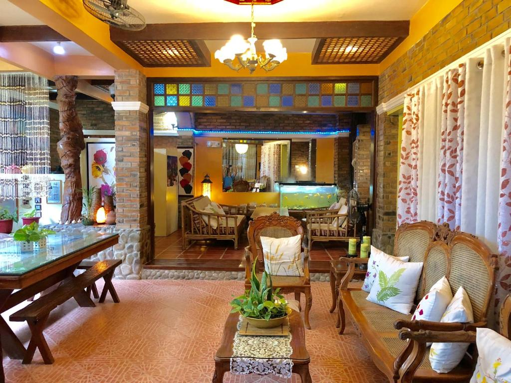 A restaurant or other place to eat at Balai Tinay Guesthouse