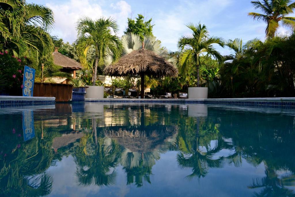 The swimming pool at or near Bananas Apartments