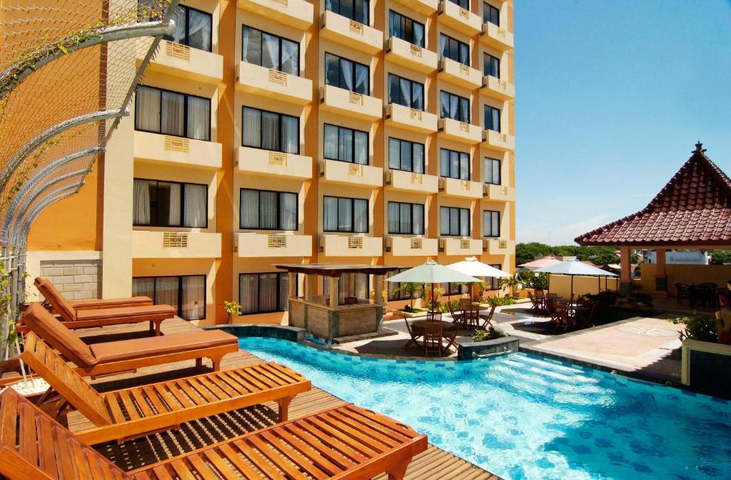 The swimming pool at or close to Pandanaran Hotel