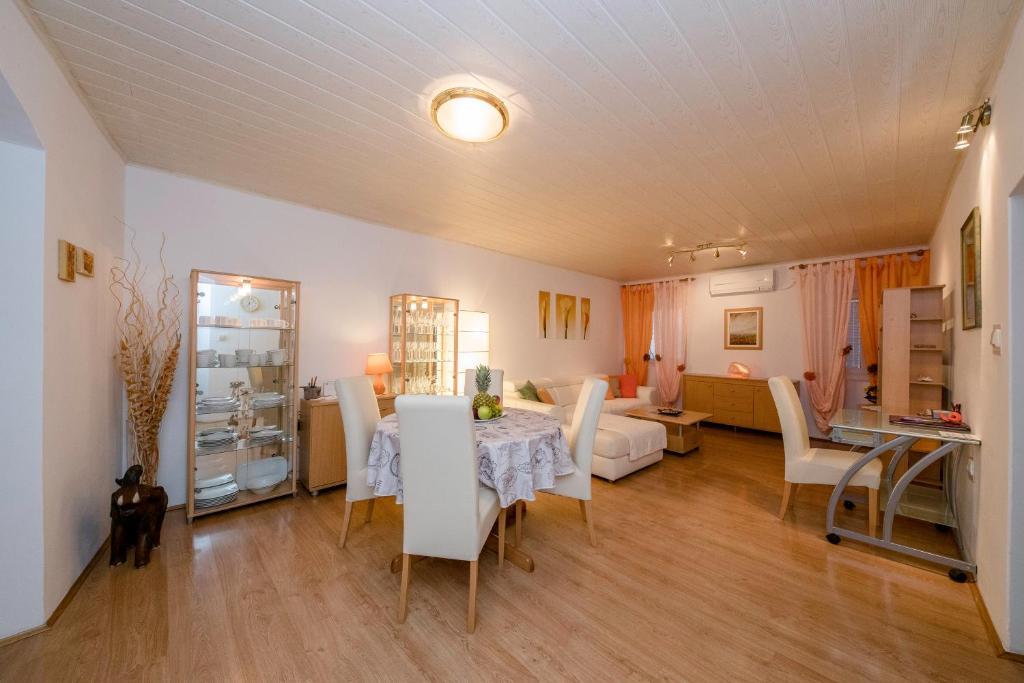 Reštaurácia alebo iné gastronomické zariadenie v ubytovaní Apartment Patricia
