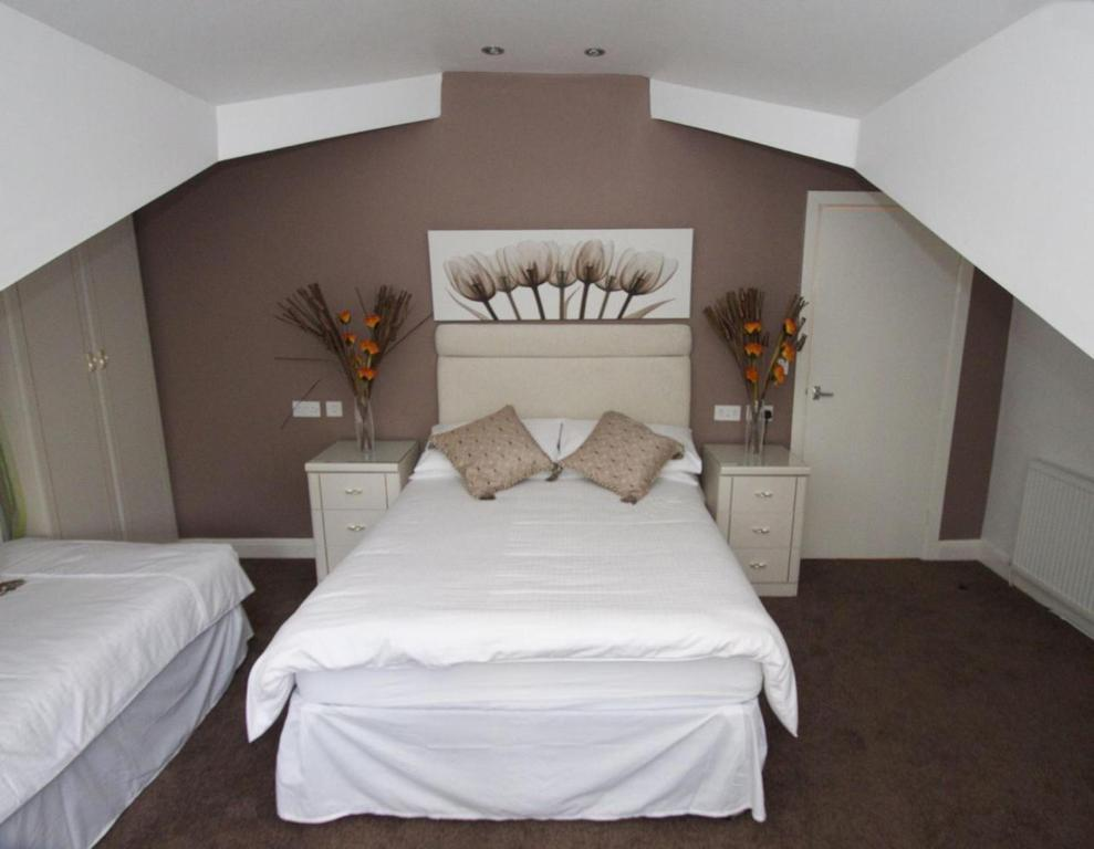 A bed or beds in a room at La Suisse Serviced Apartments