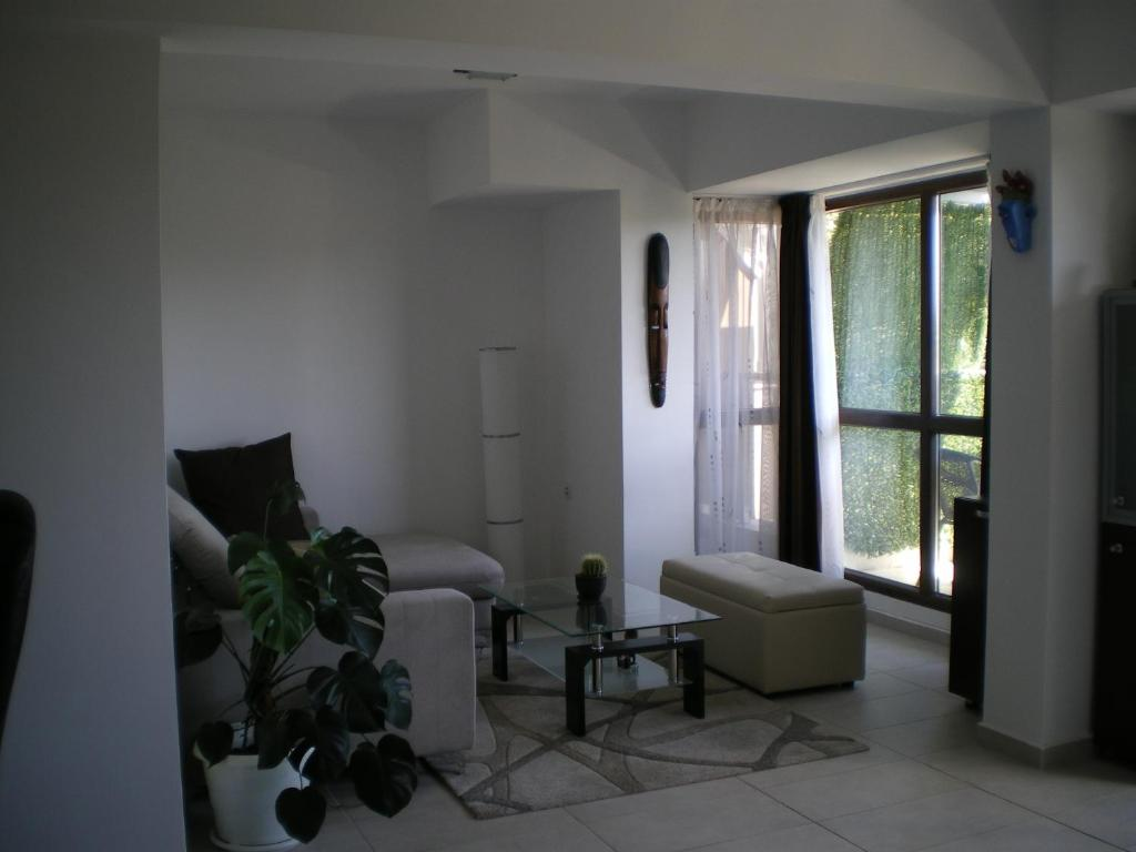 A seating area at 3 Room Parkview Apartment