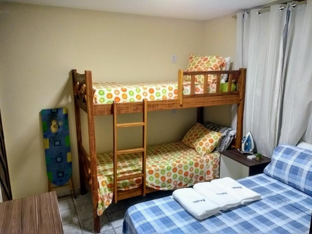 Uma ou mais camas em beliche em um quarto em Dunas Hostel