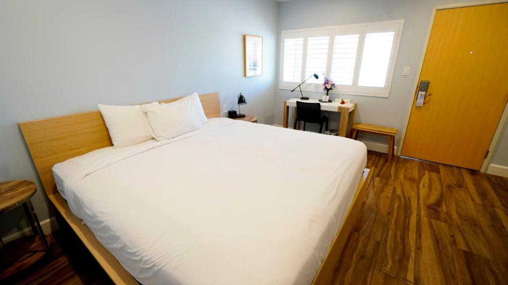 Ein Bett oder Betten in einem Zimmer der Unterkunft El Royale Gardens Near Universal Studios
