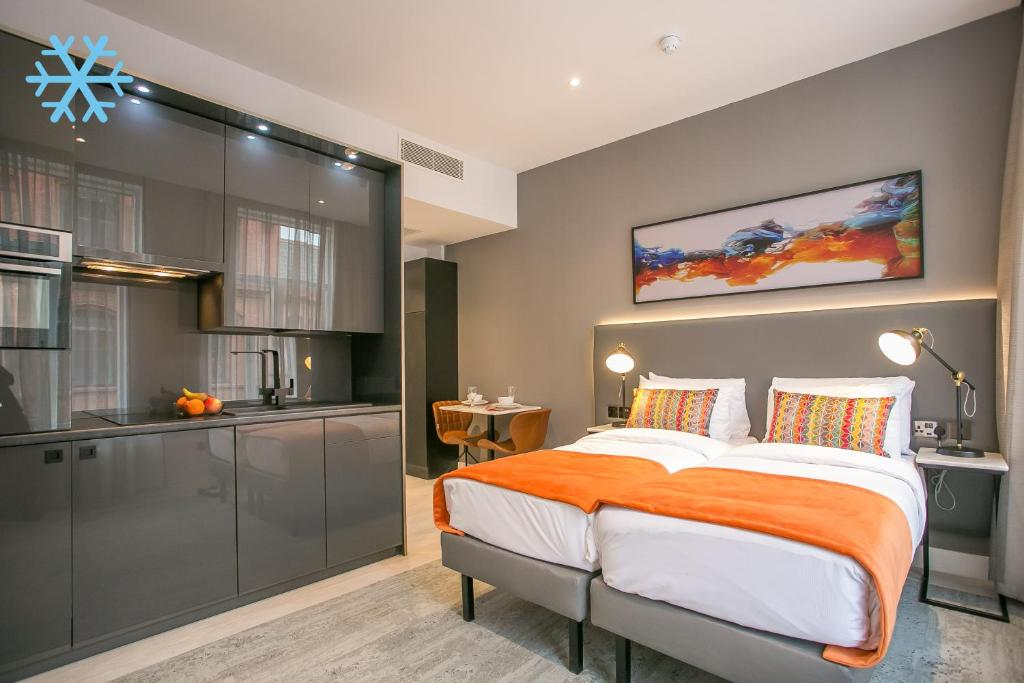 A bed or beds in a room at Grafton Street Studios by City Break Apartments