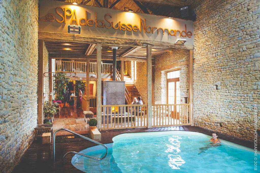 The swimming pool at or close to Domaine de la Pommeraye & Spa