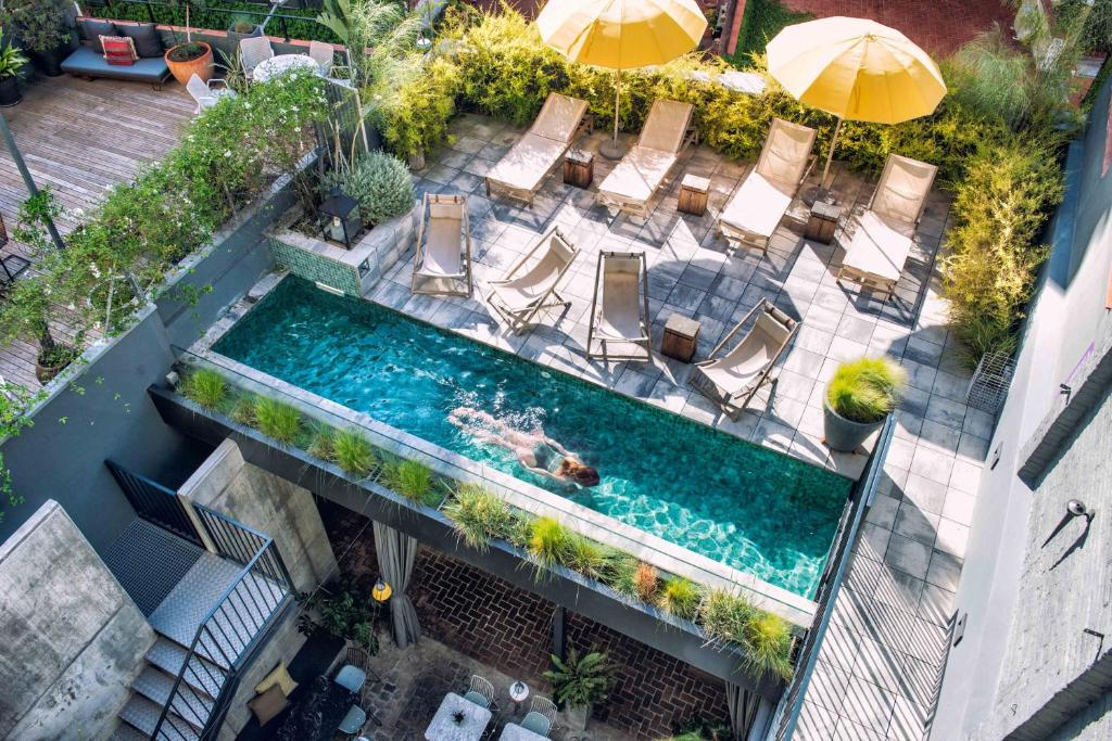 Vue sur la piscine de l'établissement Hotel Brummell ou sur une piscine à proximité