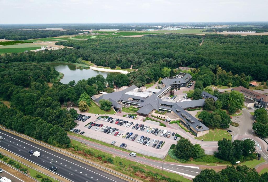 Een luchtfoto van Van der Valk Hotel Gilze-Tilburg