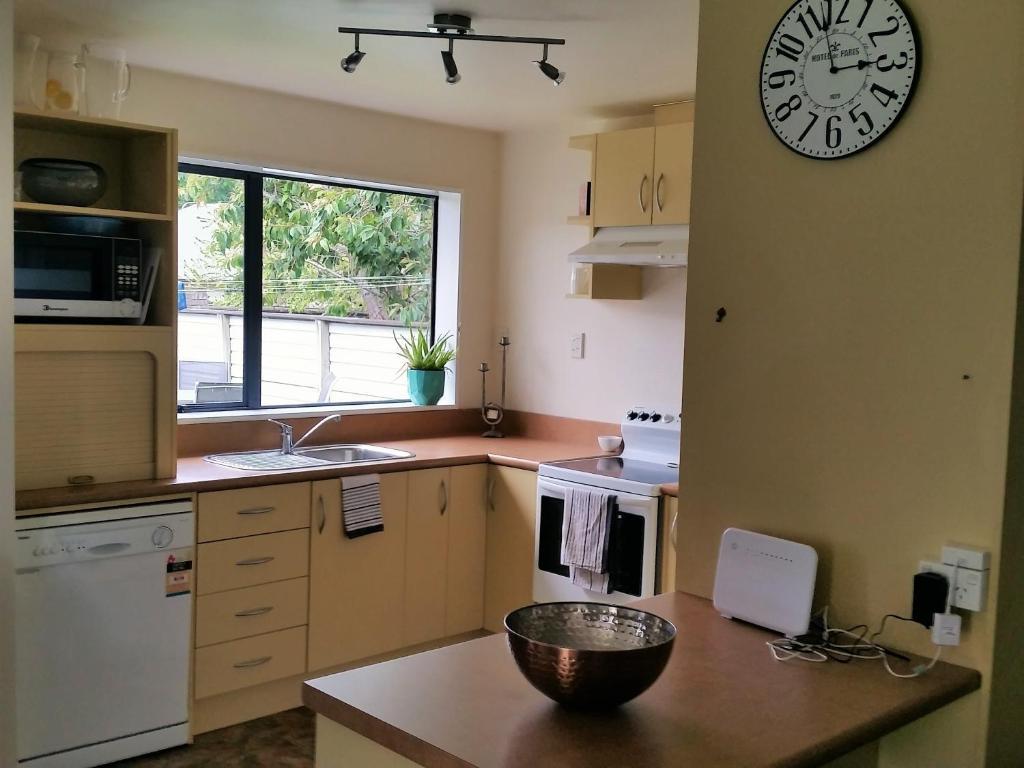 A kitchen or kitchenette at Kea Cottage