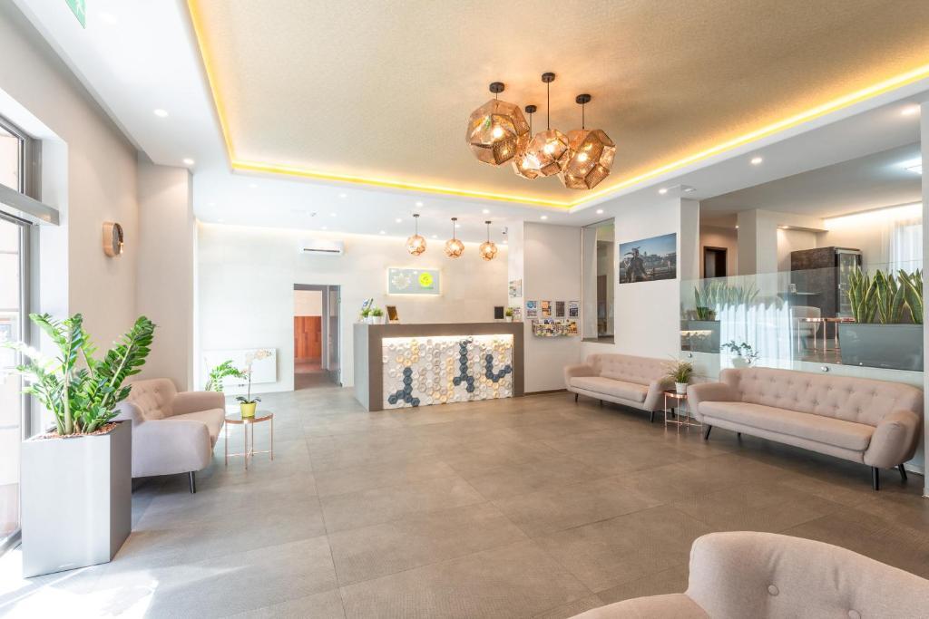 El vestíbulo o zona de recepción de Corvin Plaza Apartments & Suites