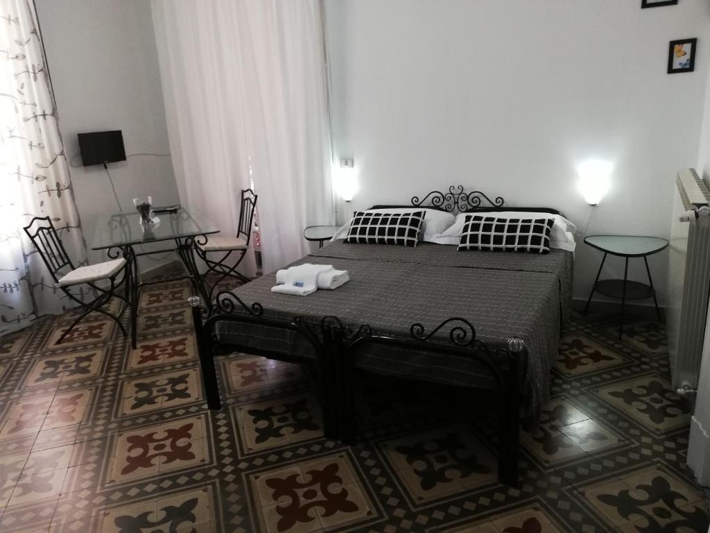Ein Bett oder Betten in einem Zimmer der Unterkunft Aloi Rooms