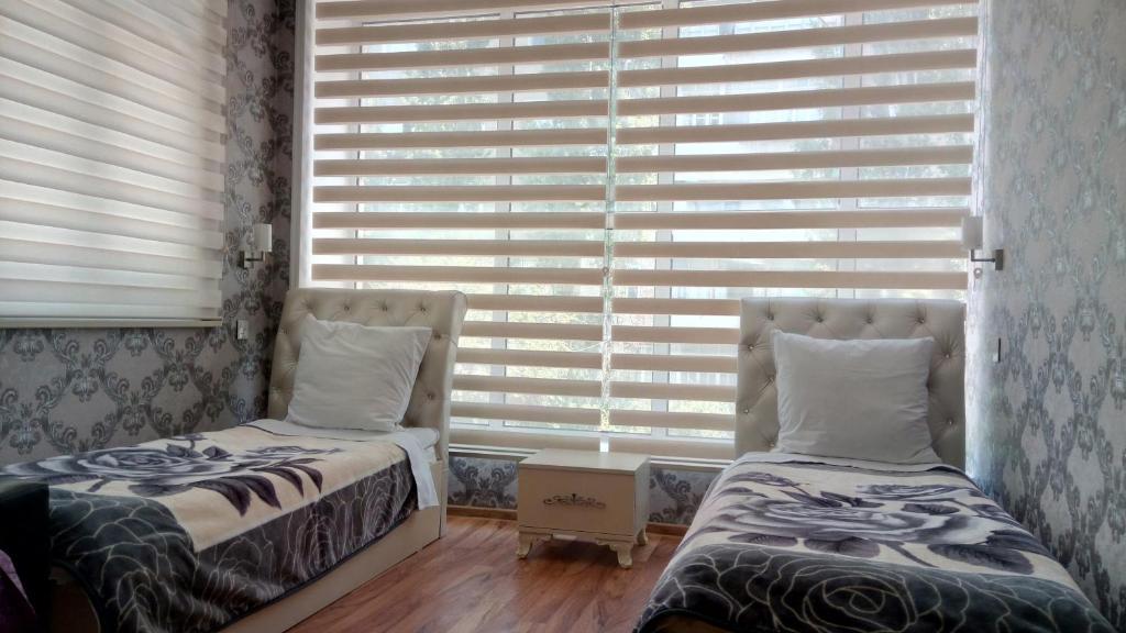 Cama ou camas em um quarto em Sheki Guest House