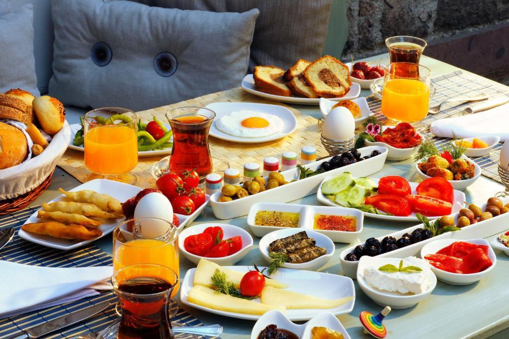 Breakfast options available to guests at YundAntik Cunda Konaklari