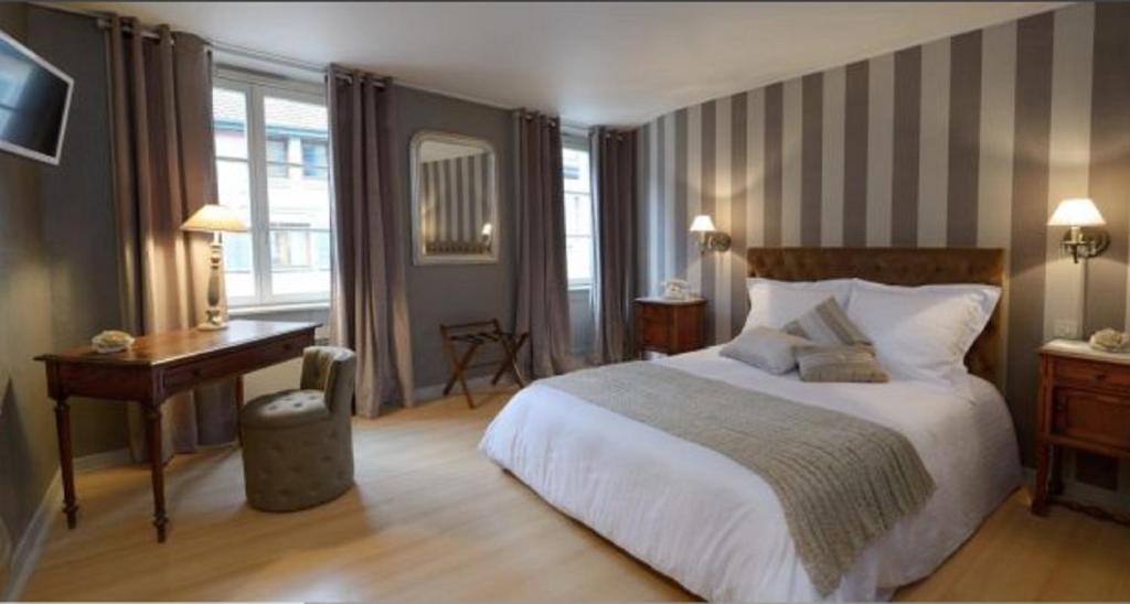 Ein Bett oder Betten in einem Zimmer der Unterkunft The Originals City, Hôtel de la Balance, Montbéliard