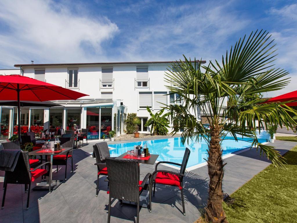 Het zwembad bij of vlak bij Hotel Andante Rust