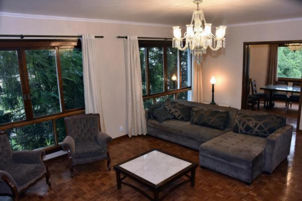 A seating area at Muito espaco no Moinhos