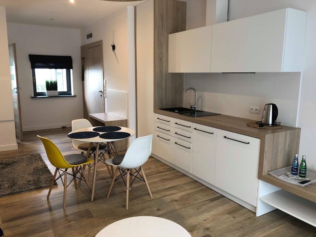 A kitchen or kitchenette at Apartamenty