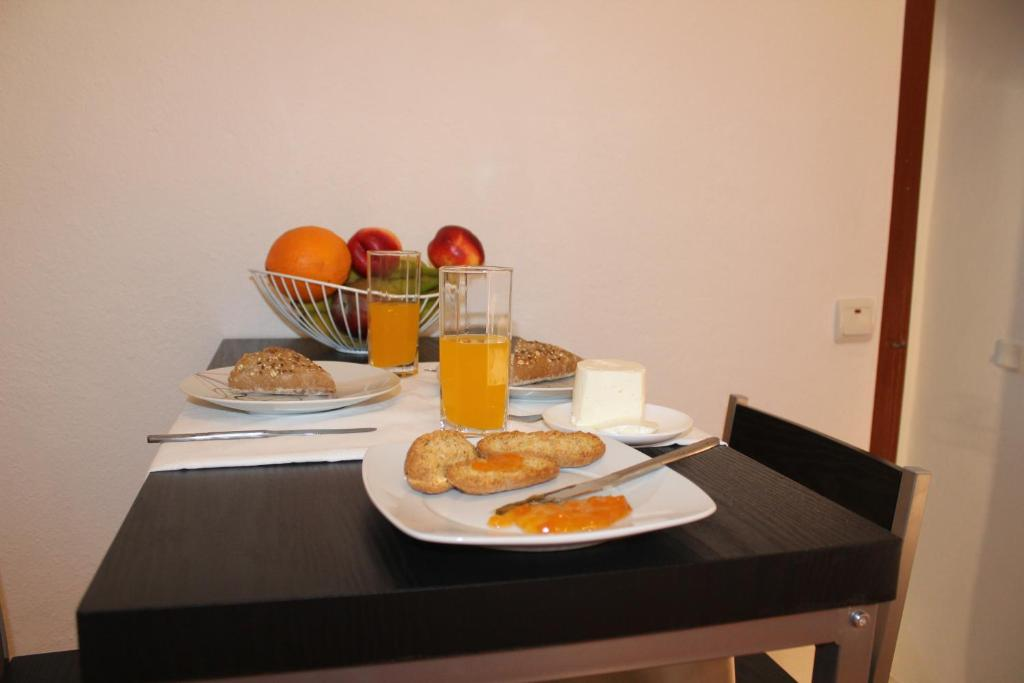 Breakfast options available to guests at Origens