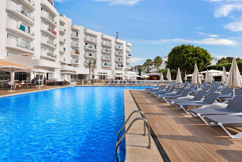 Het zwembad bij of vlak bij Roc Continental Park Hotel & Apartments