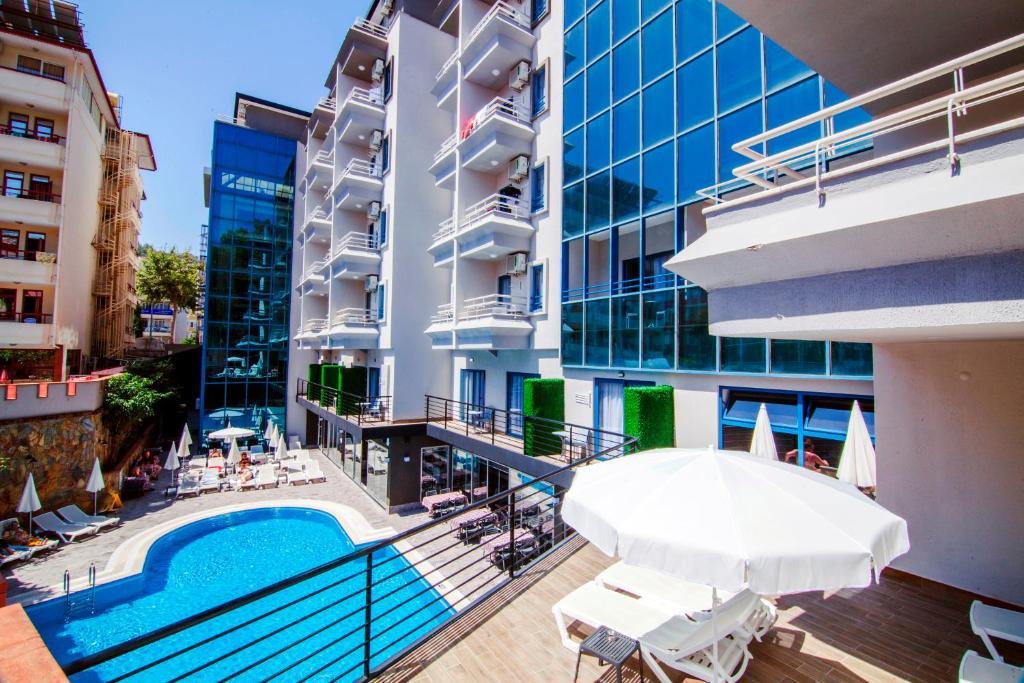 Вид на бассейн в Ramira City Hotel - Adult Only (16+) или окрестностях