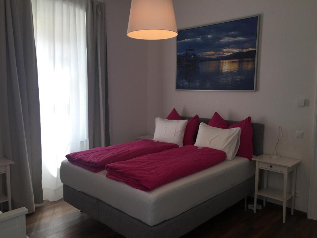 A bed or beds in a room at Candussi-Apartments